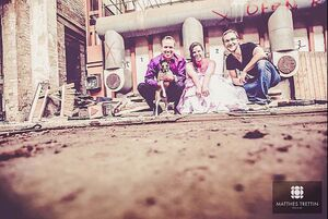 Matthes Trettin und das Brautpaar + Hund nach dem Trash the Dress Shooting
